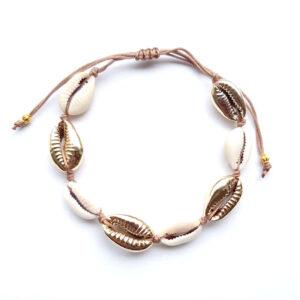 Armbandje/ enkelbandje kauri schelpen goud en macramé draad